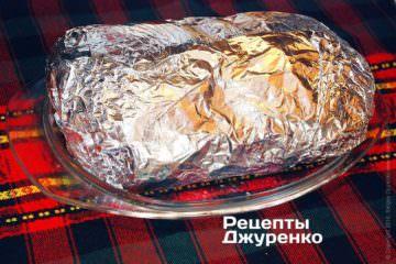 Покласти загорнуте м'ясо в розігріту до 220 градусів духовку