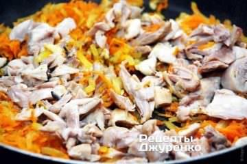 Добавить подготовленное мясо курицы и продолжать жарить