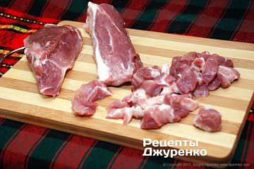 Нарезать мясо и сало