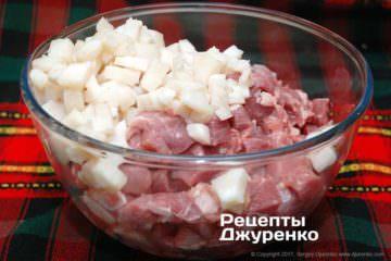 смешать мясо и сало