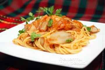 Спагетти выложить на тарелки
