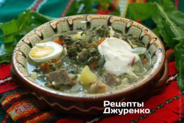 Фото к рецепту: зеленый борщ с щавелем