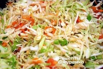 Капусту уложить поверх тушеных овощей