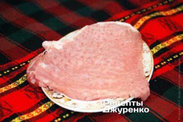Для початку треба підготувати м'ясо. Його потрібно дуже ретельно відбити