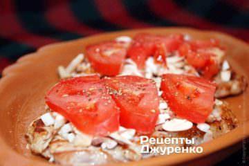 Разложить нарезанный на тонкие пластинки помидор