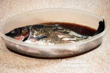 Уложить карпа в керамическую или пластиковую посуду и залить маринадом