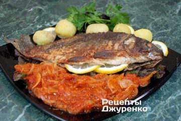 Выложить жареную рыбу на тарелку