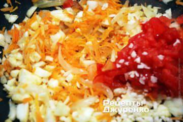 Добавить мякоть помидора, чеснок и мякоть кабачка