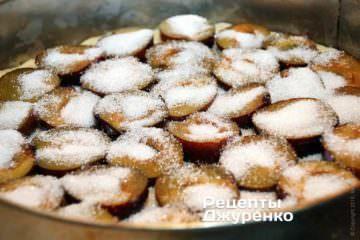 Сливы достаточно густо посыпать сахаром. Количество сахара — кому как нравится. Но совсем без сахара не делайте, будет кисло.