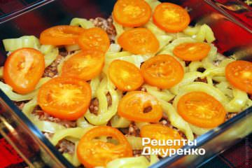 Разложить перец и помидоры