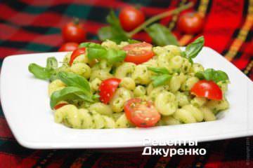 Фото к рецепту: паста с базиликом и помидорами