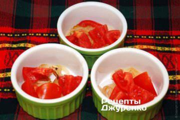 выложить лук и томаты