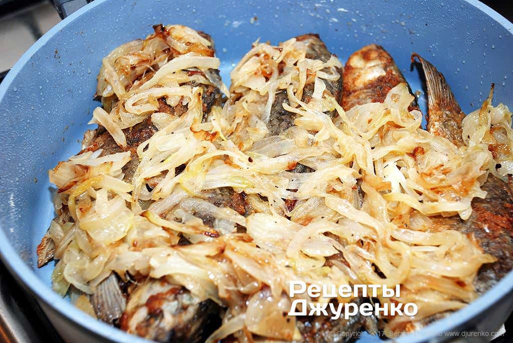 Как приготовить Караси жареные с луком. Шаг 11: караси с луком