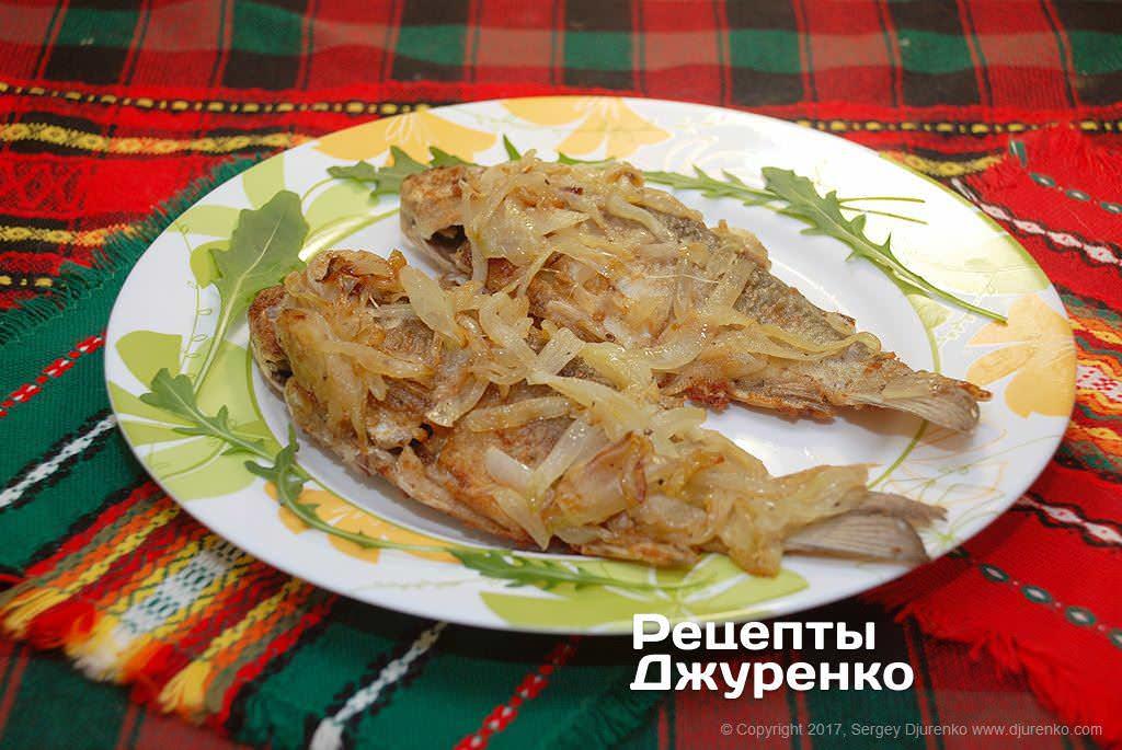 Как приготовить Караси жареные с луком. Шаг 13: рыбное блюдо