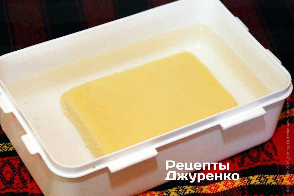 Пластинки сыра положить в холодную воду.