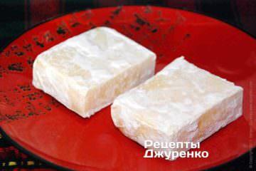 Сыр извлечь из воды, обвалять в муке.