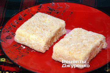 Обвалять сыр в панировке