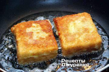 Жареный сыр должен размягчиться внутри панировки