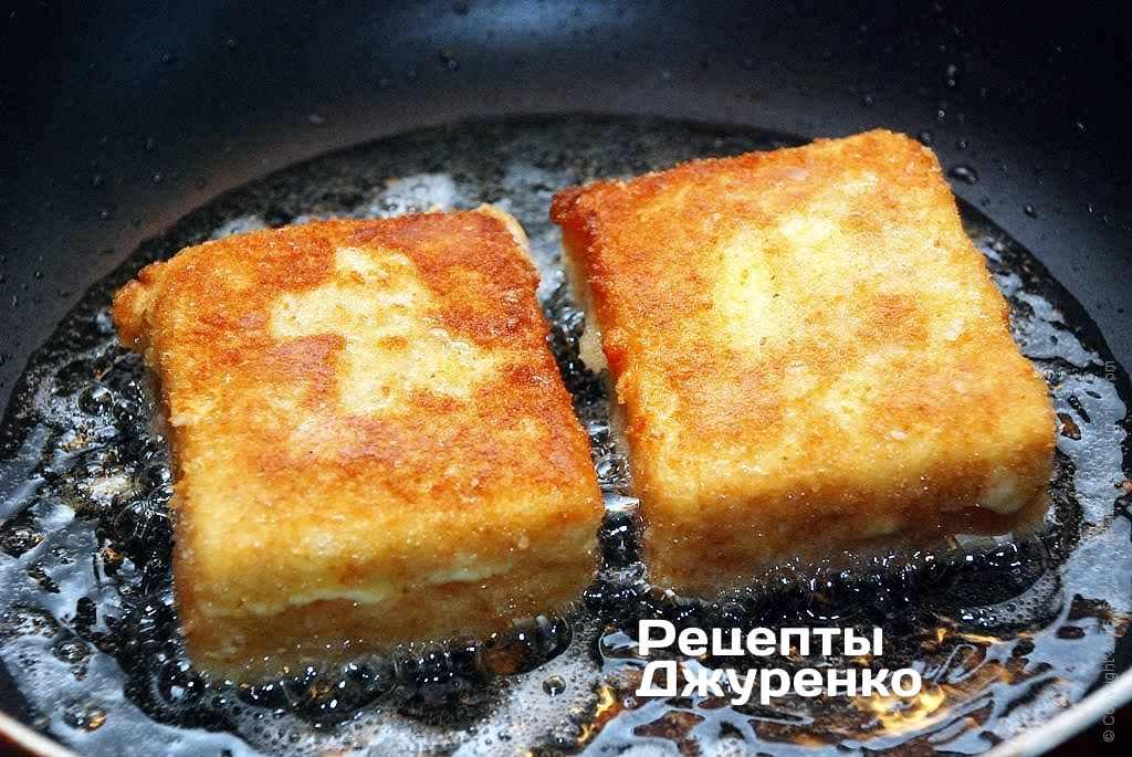 Жареный сыр должен размягчиться внутри панировки.