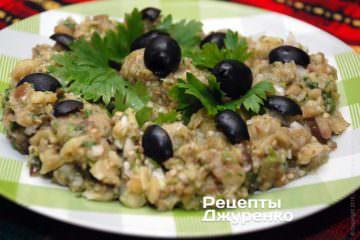 Выложить мелидзано с зеленью и чесноком в тарелку
