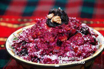 Салат свекла с черносливом выложить в тарелку или салатницу