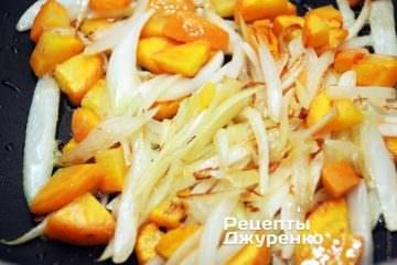 обсмажити цибулю з морквою