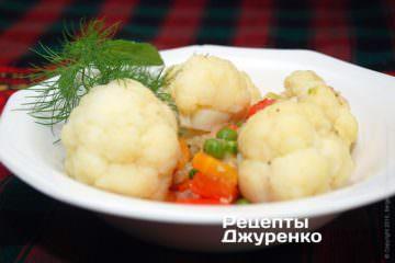 Розкласти капусту з овочами на тарілки