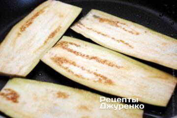 Смажити на сильно розігрітій сковороді на рослинній олії