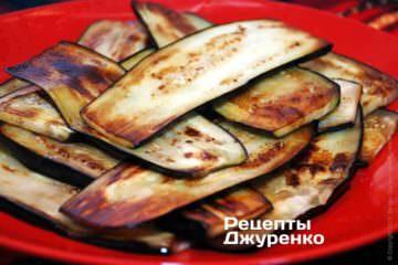 Выложить поджаренные баклажаны на тарелку и дать им остыть