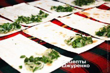 Выложить на лаваш ложку зелени с луком