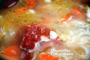 Добавить чеснок, томатную пасту и специи