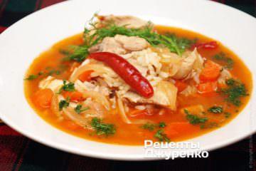 Готовый острый суп разлить в тарелки