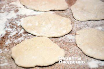 раскатать или растянуть тесто в кружки