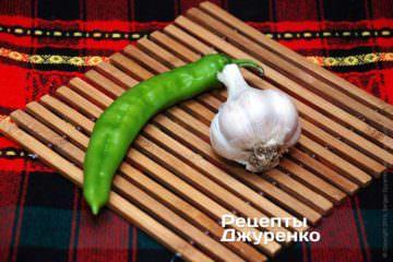 Зелений гострий перець і часник