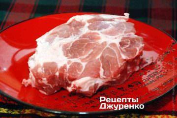 Свинину лучше выбрать достаточно жирную — лопатка, ошеек