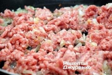 Добавить свиной фарш и жарить, часто помешивая