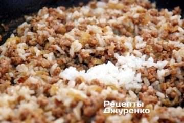 Когда свинина обжарится, добавить отваренный рис