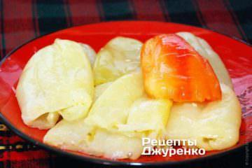 Перец необходимо испечь в духовке или микроволновке