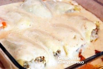 Перці дістати з духовки і залити підготовленим соусом
