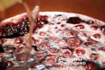 Влить растворенный желатин