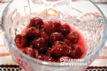 Разложить вишни по формочкам