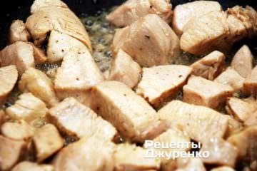 Обжарить кусочки куриного филе