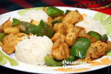 Курица с карри подается с рисом