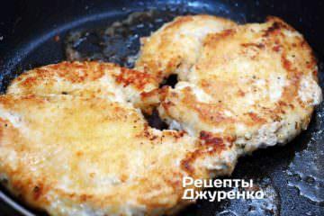 Обжарить филе с каждой стороны 5-6 минут, до образования румяной корочки