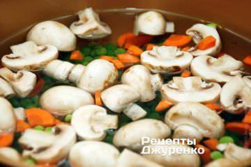 Варить грибы, горошек и морковку