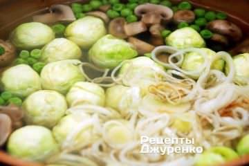 Додати в суп брюссельську капусту і цибулю-порей