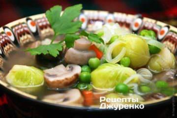 Подавать овощной суп горячим