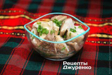 Викласти закуску в салатник