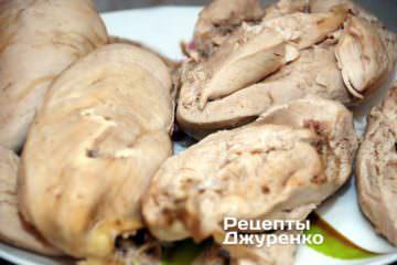 Після того як куряче м'ясо готове, вийняти його з бульйону і дати охолонути