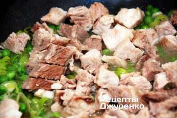 Добавить мясо к овощам
